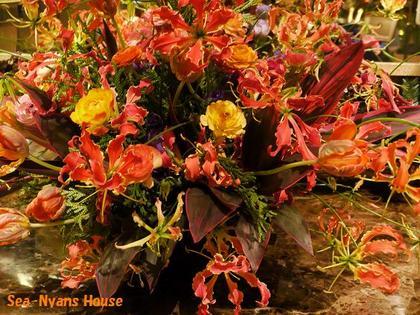 鏡の前にはお花が飾ってあります.jpg